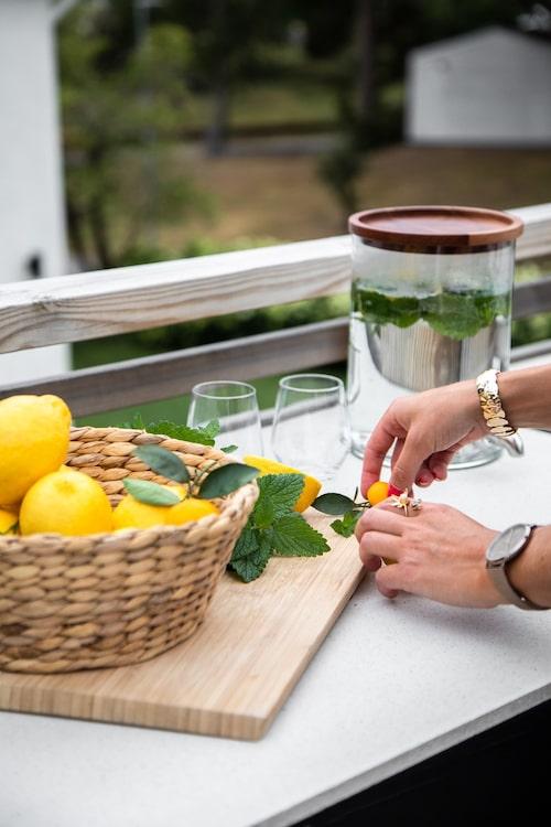 Vid uteköket har Frida gjort iordning lite smaksatt vatten med mynta och citronmeliss från trädgården.