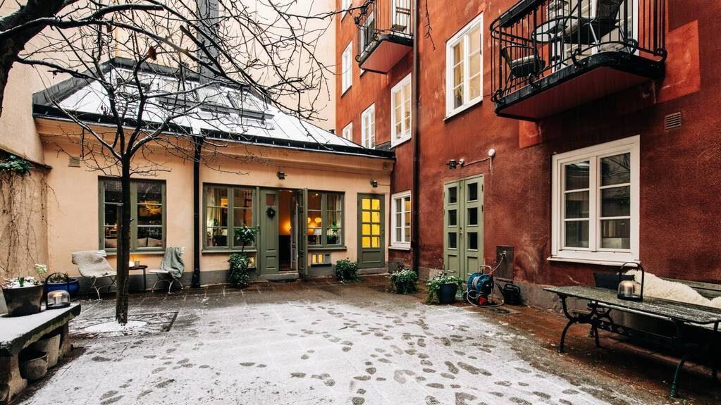 Gårdshuset tillhör bostadsrättsföreningen men här blir det nästan som en egen villa i city.