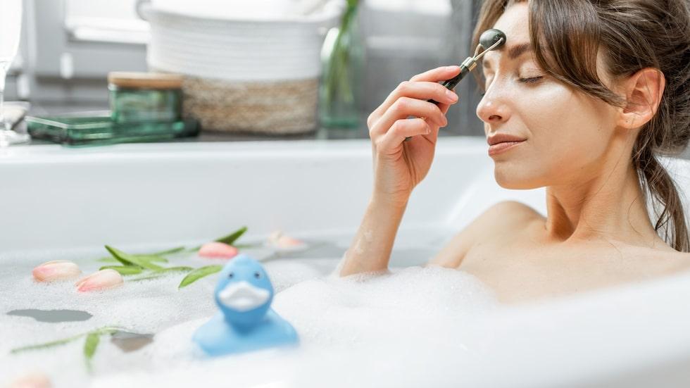 En jaderoller kan användas för att massera ansiktet, boosta  ansiktsmasken och minska puffighet.