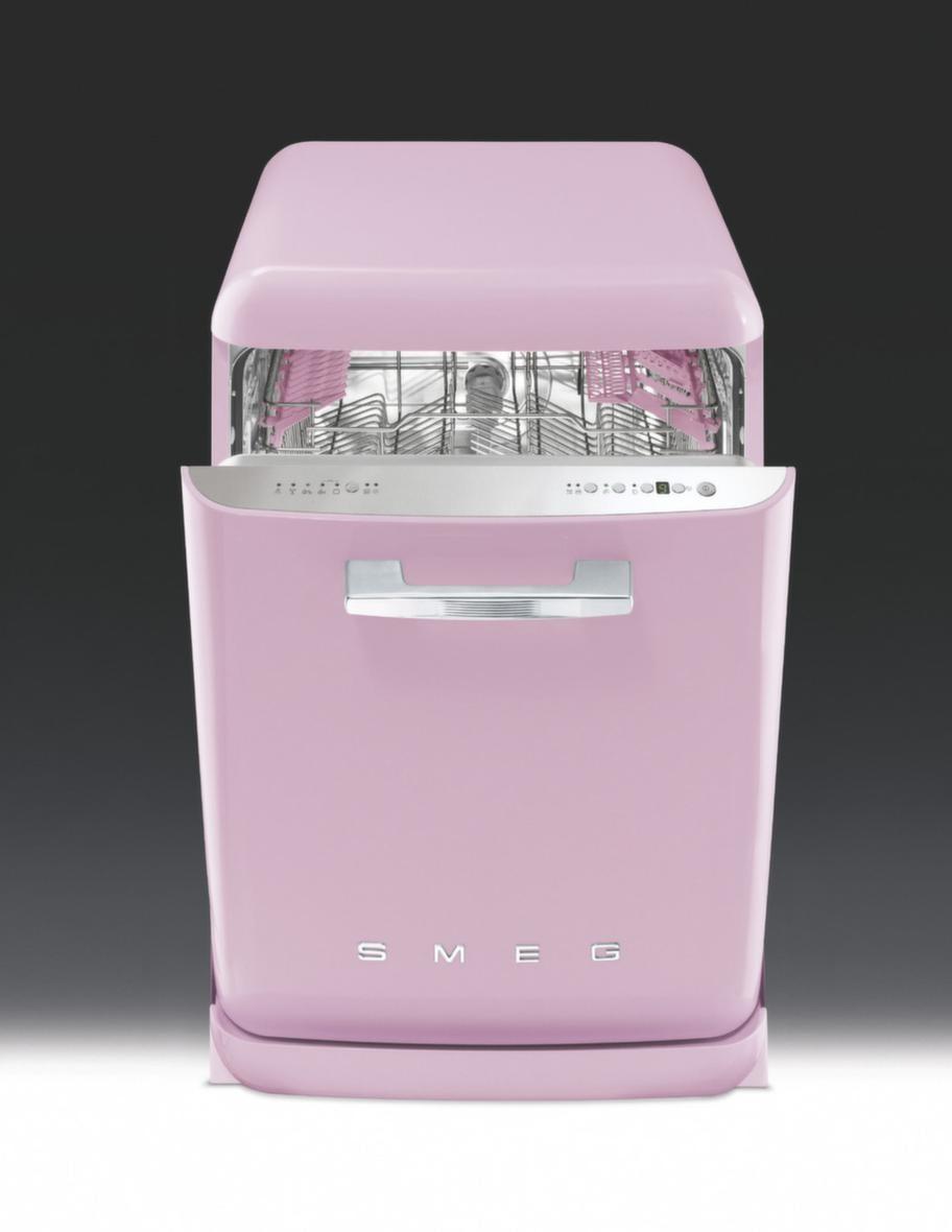 Söt i köket<br>Smeg diskmaskin i 50-talsstil, Integrerad rosa, 12 995 kronor, Bagaren och kocken.