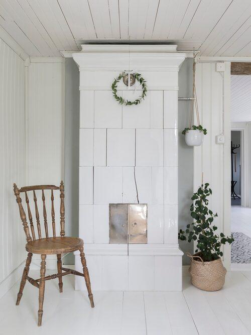 Den vackra kakelugnen är original och sprider både skön värme och trevnad i rummet.