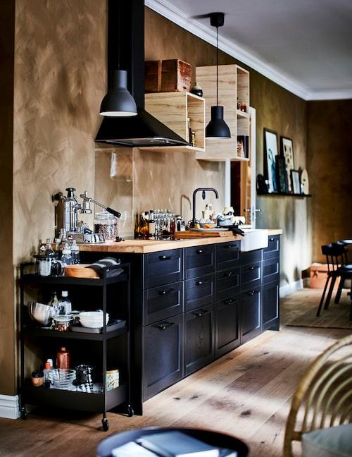 Ikea tipsar om att uppdatera kök i stället för att skaffa ett helt nytt. Här har gamla Metod-skåp uppdaterats med Lerhyttan köksfronter.