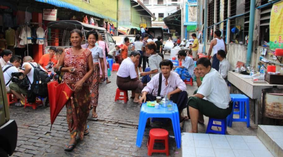 Snabblunch utanför Scott market i Rangoon.