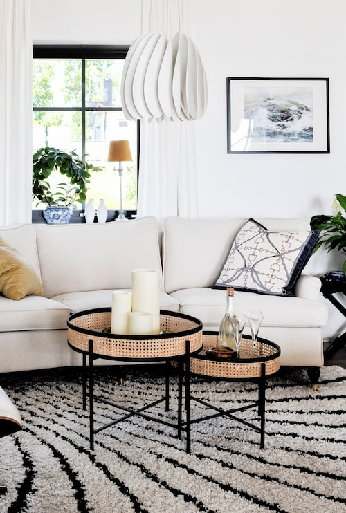 Inredningen i vardagsrummet som i resten av huset går mestadels i svart och vitt, precis som husets exteriör. Soffa, Trendrum. Soffbord, Artwood. Matta, Soffadirekt. Kuddar, Adamsbro. Lampa, Ikea.