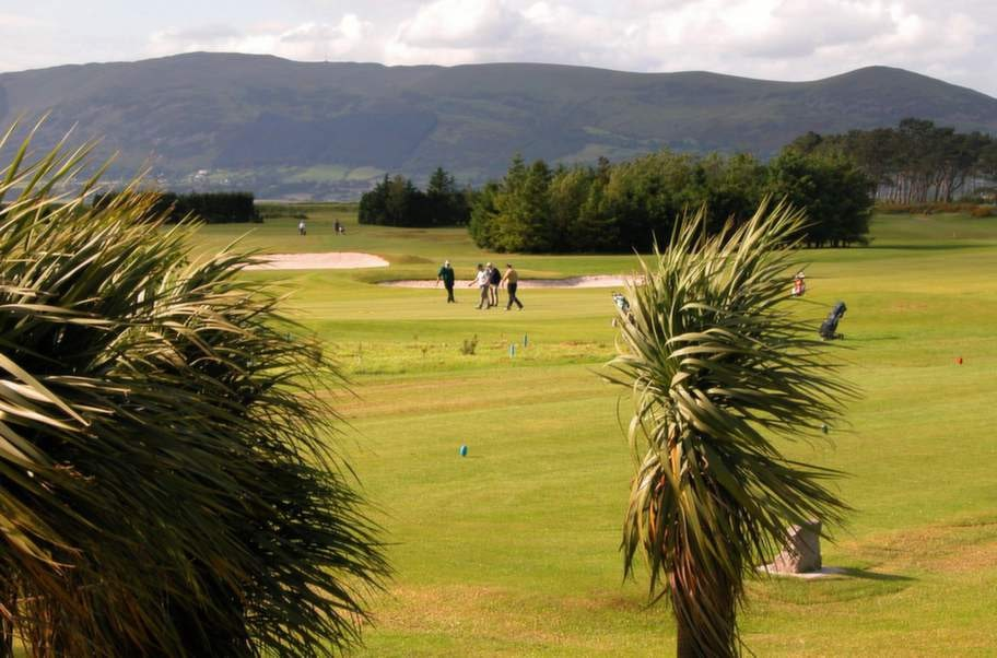 <strong>Golfbanor. </strong>Greenore Golf Club med 18 fina banor.