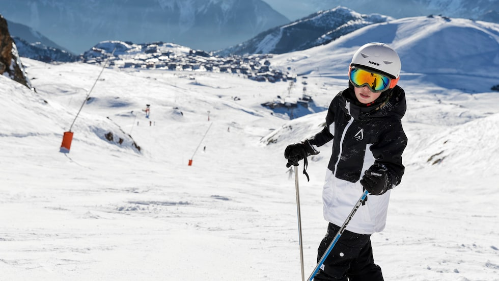 300 soldagar per år, mysiga alpbykänsla och stora områden med både blå och gröna backar, Alpe d'huez är klockren för familjen.