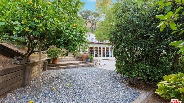 Till husen hör även en 8000 kvadratmeter stor lummig trädgård.