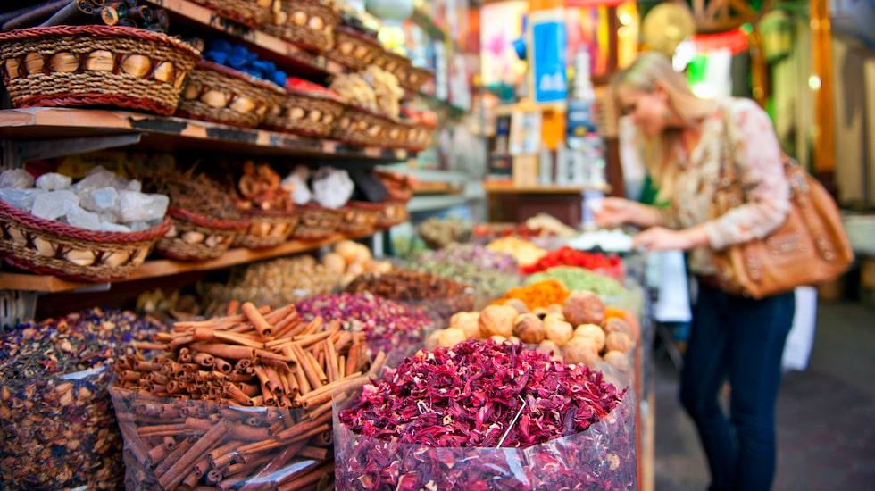 Det finns mer än toppmoderna byggnader och lyx, lyx, lyx. Souk betyder marknad, och att gå och strosa i de gamla stadsdelarna Bur Dubai och Deira är fantastiskt.