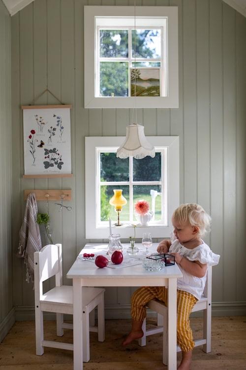 Lekstugan som Elin har ritat är byggd av lösvirke. De fina små stolarna och bordet är snickrade av en släkting.