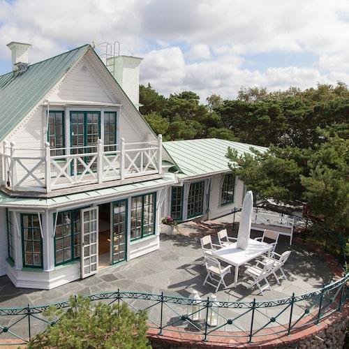 Huset är en vacker stor vit träkåk!