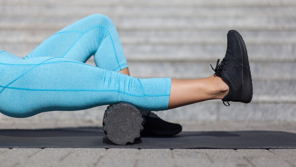 En foam roller är inte särskilt svår att använda. Använd den för att öka din återhämtning mellan träningspass, eller som en del av uppvärmningen innan träning. Eller… bara för att det är skönt.