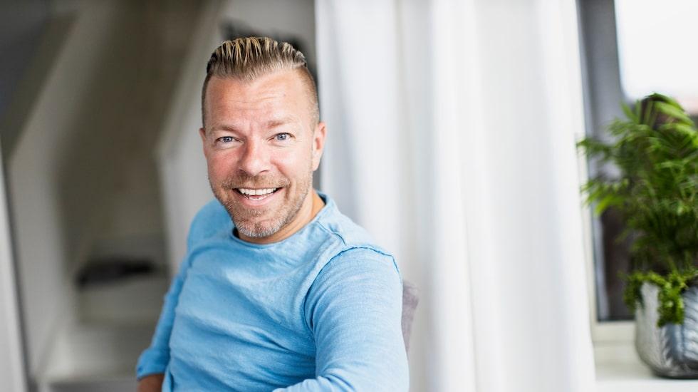 Casper Janebrink hade bott hela livet i sitt barndomshem i Partille och hade inga planer på att flytta därifrån.Men sommaren 2017 hände det! Plötsligt hade Arvingarna-stjärnan blivit ägare till en arkitektritad villa i Floda.
