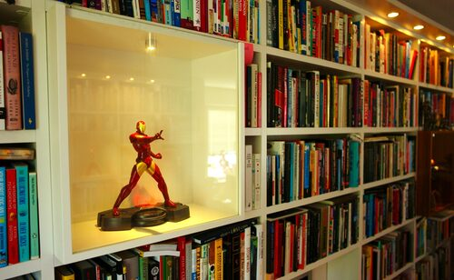 Superhjälten Iron Man regerar i bokhyllans monter.