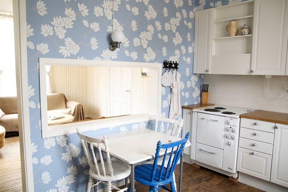 Ett litet fönster finns mellan kök och vardagsrum/matsal.