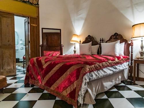 Casa Montesdeoca är omsorgsfullt inrett med gamla möbler och med väl utvald konst.