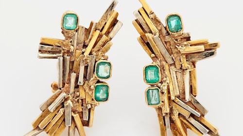 ARNALDO POMODORO. Örhängen, 14K guld och vitguld med fasettslipade smaragder, mått ca 2 x 4 cm, total vikt 21 g. Signerade A Pomodoro 63. Slutpris: 56 350 kr.