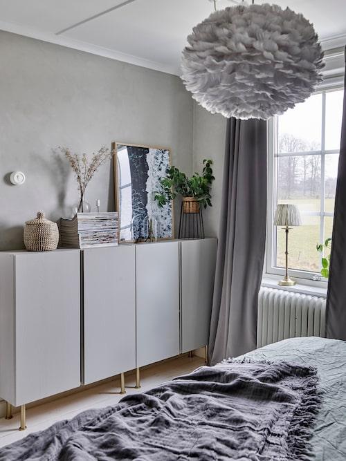 Åse har gett Ivarskåpen från Ikea en makeover genom att måla dem grå och spreja benen med guldfärg. Tavelram, Dear Sam. Piedestal, Lagerhaus. Korg, Ellos. Ljusstake, Cosa Home Stories.