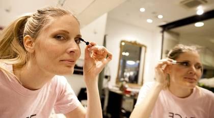BYTER UT SITT SMINK. Mona Wärdell, 33, från Stockholm, byter ut sin mascara när den börjar lukta.