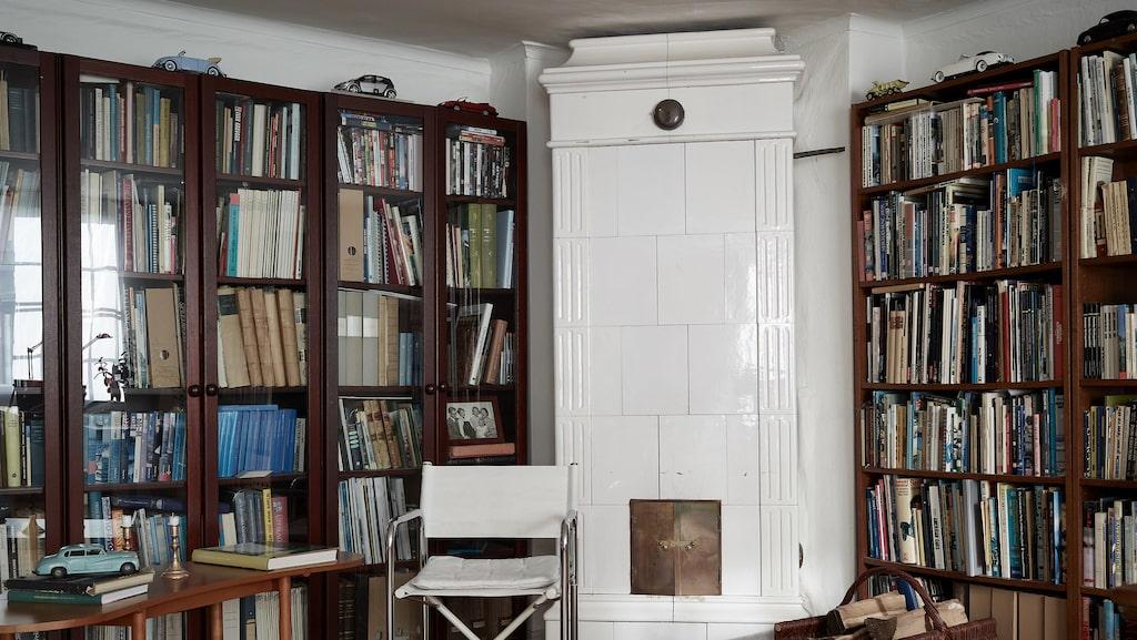 I biblioteket och kontoret finns en av husets sju kakelugnar.