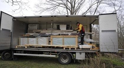 ANKOMST. Frakt ingick i växthusets pris. Det anlände med lastbil i delar. Lådan med glasen väger totalt cirka 500 kilo.