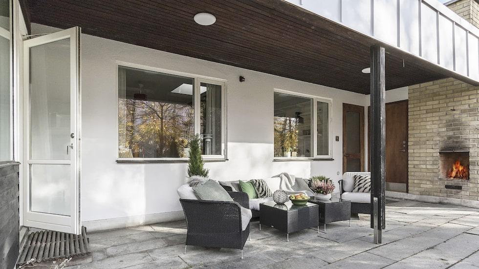 Skön uteplats under tak med infravärme och öppen spis, med access från vardagsrummet och relaxavdelningen.