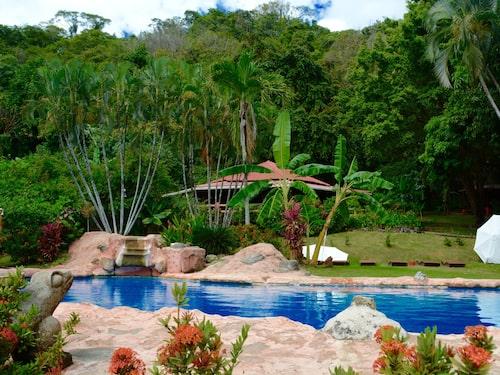 Los Mangos hotell i Montezuma ligger nära havet och har en fin pool.