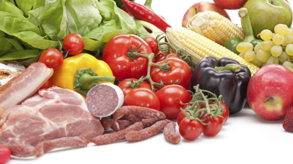 <p>Det här får du äta:<br>– Kött, fisk, fågel och ägg<br>– Grönsaker, rotfrukter, bär och frukt<br>– Nötter och frön<br>– Fetter och oljor</p>