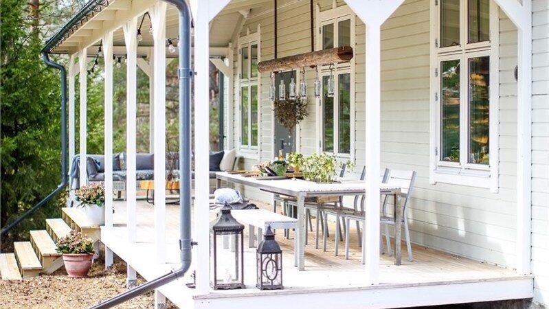 Verandan på baksidan bjuder in till sköna dagar och kvällar att bara mysa, eller äta middag.