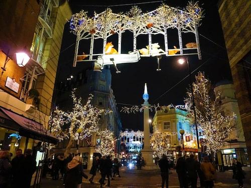 Julen börjar när julbelysningen sprakar igång i London.