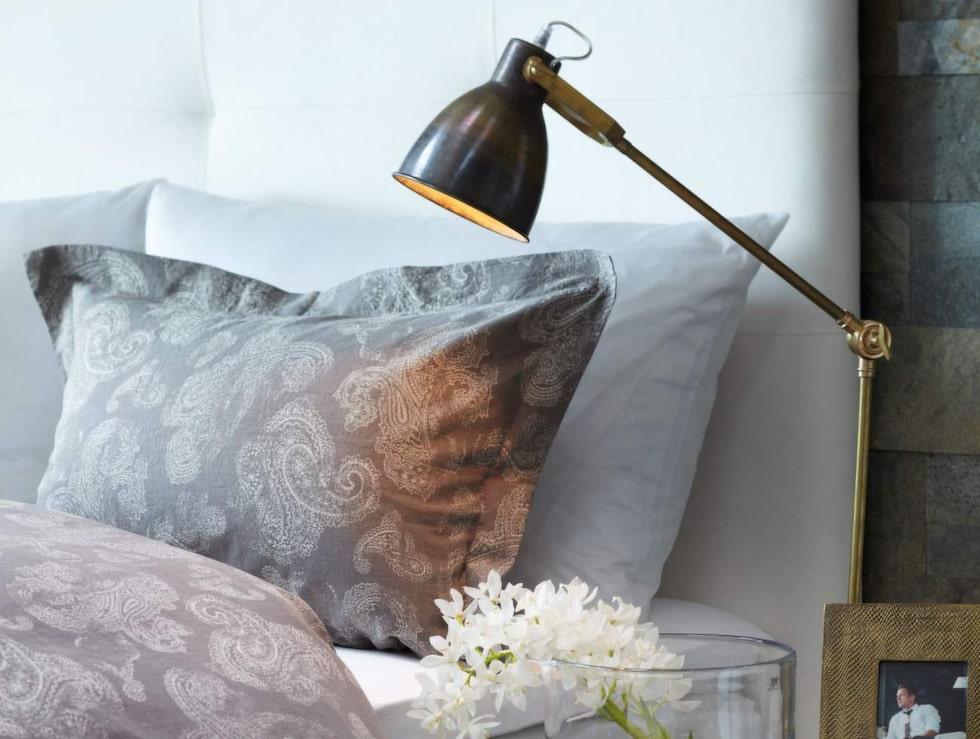 Mjuka textilier. Lyxigt påslakanset av egyptisk bomull i mönstret Paysley classic, 150 × 210 centimeter och örngott, 2 990 kronor. Längst bak, örngott, 70 × 100 centimeter, 690 kronor. Allt från Slettvoll.
