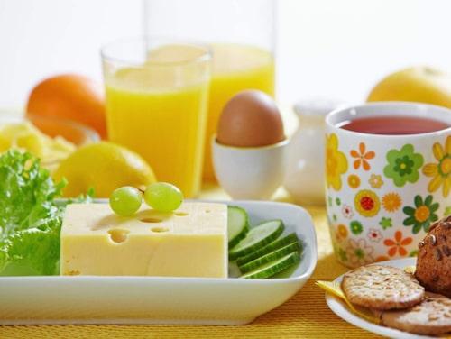 Se till att frukosten verkligen håller dig mätt fram till lunch. Ett proteinrikt ägg är ett bra komplement.