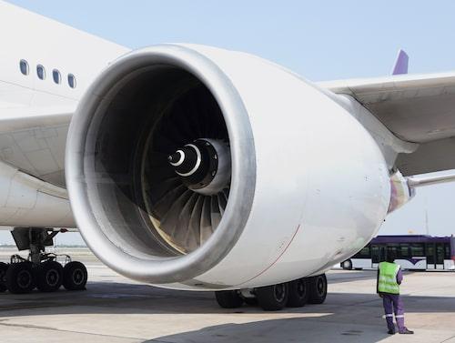 Att kasta in mynt i en flygplansmotor är ingen bra idé.