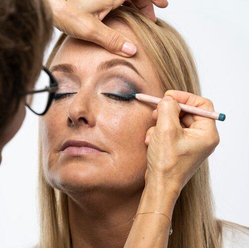 Börja alltid med ögonen, innan du sminkar resten av ansiktet.