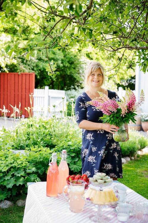 Sommarstämning med lupiner, jordgubbar och rabarberdricka.