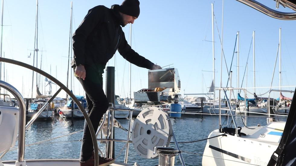 Marcus grillar på båten.