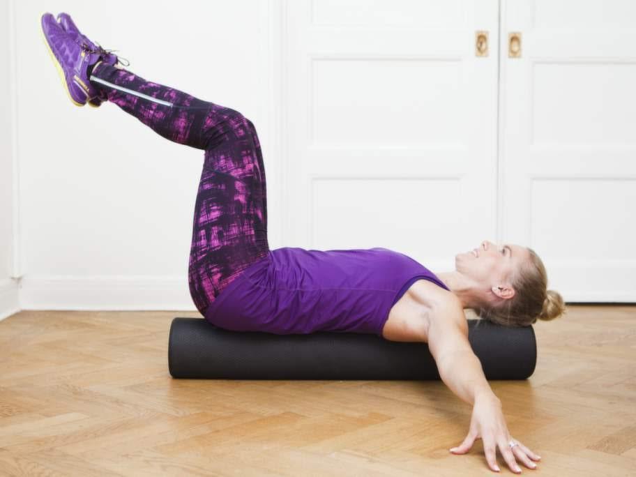 Doppa foten, på rulleFokus: Kontroll, kontakt och styrka för den inre magmuskulaturen.Så gör du:1    Ligg på rygg på golvet eller på en längre så kallad foam roller. Lyft knäna mot bröstet så att du kan pressa ner svanken i underlaget.