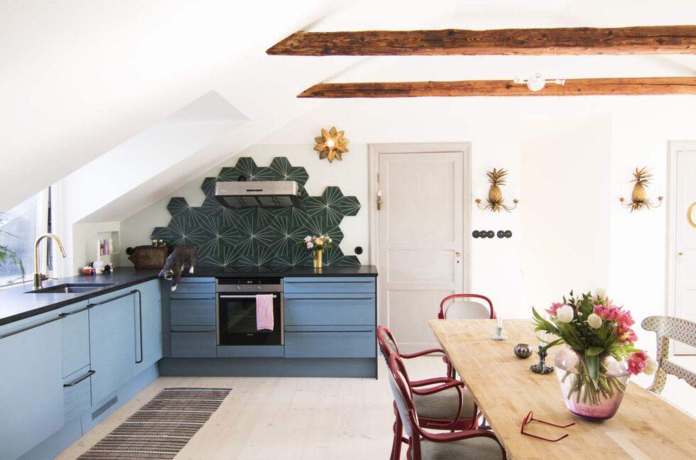 """""""Mitt förra kök var grönt, nu blev det en blå kulör som är lätt att matcha med andra färger"""", säger Isabelle McAllister."""