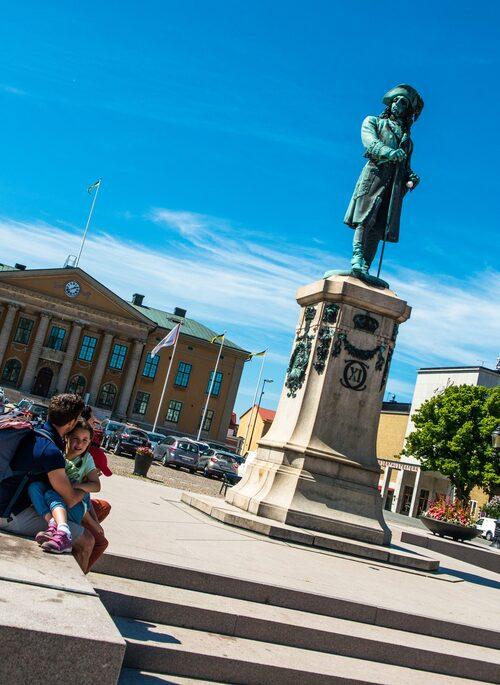 Karl XI staty i mitten av Stortorget är en populär mötespunkt i staden. Torget är omgivet av restauranger och kaféer och ramas in av Fredrikskyrkan och Tyska kyrkan.
