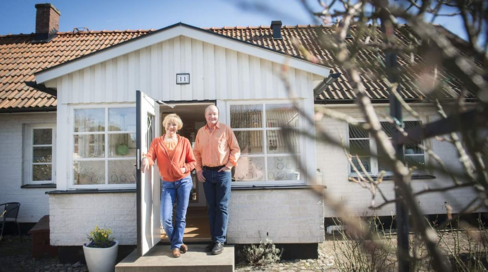 """Beatrice Järås och Nisse Landgren tar emot på trappan till sitt 1800-talshus i den lilla fiskebyn Skillinge på Österlen. """"Det här huset ropade efter oss"""", säger Nisse."""