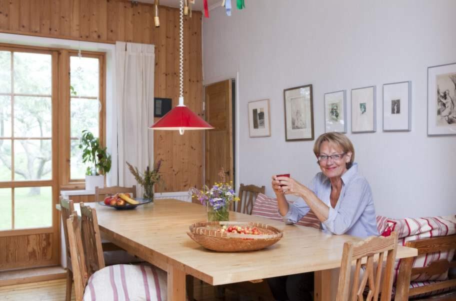 Mittpunkten. Husets naturliga medelpunkt - det är köket. Här tar Gudrun en kopp kaffe vid det generösa köksbordet där det mesta av familjens vardagsliv, världspolitik, glädje och sorg diskuteras över en middag eller en kopp kaffe.