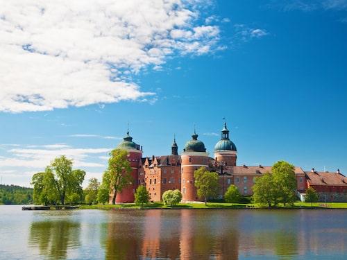 Vackra Gripsholms slott vid Mälarens strand.
