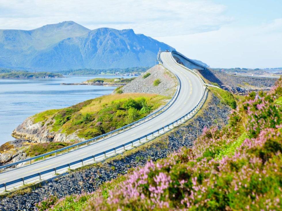 Åtta böljande broar knyter ihop öarna mellan Molde och Kristiansund längs Atlantvägen i Norge