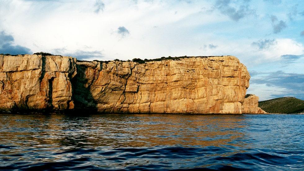 De mjuka böljande linjerna från kalkstensöarna lyser ockragula i det sena eftermiddagsljuset. Det är karst-kalkstenen, som i en avlägsen forntid bildades av sediment från havet och som reflekterar detta ljus.