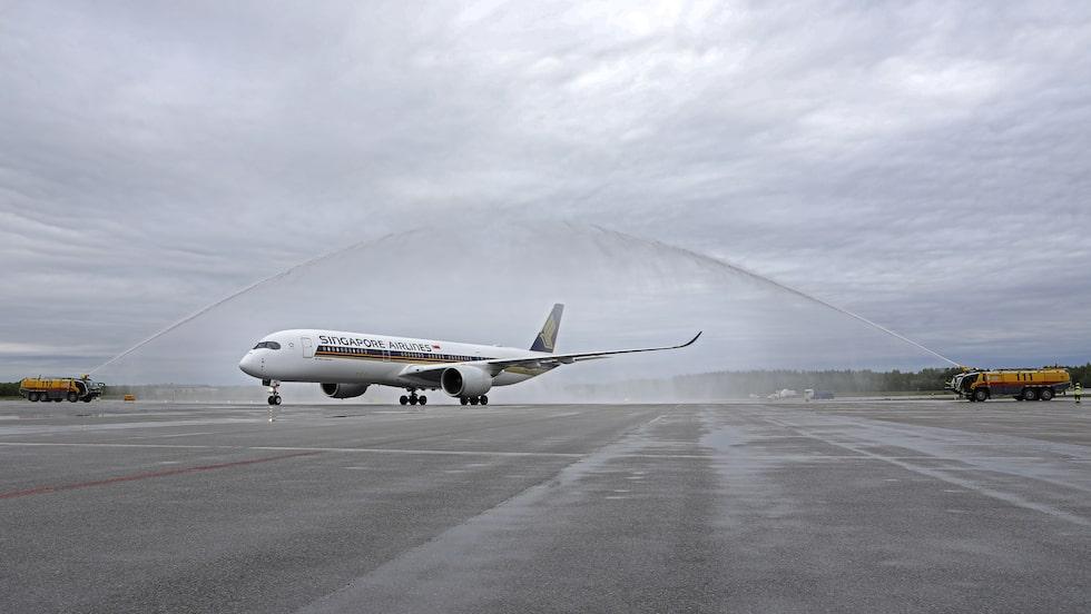 Singapore Airlines A350 välkomnas till Stockholm Arlanda med vattensalut.