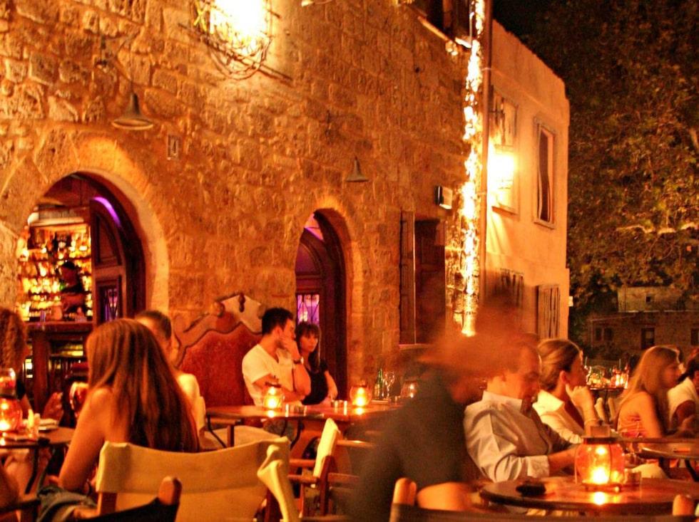 Pittoreska bilfria gränder, mysiga tavernor och coola barer vid små torg i Rhodos gamla stad.