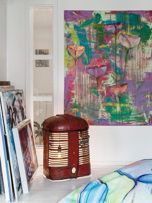 Hannas tavlor samsas med en lampa som Björn gjort av en traktorfront.