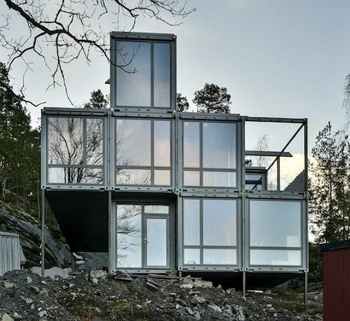 Drömhuset är byggt av åtta containrar. De stora fönstren erbjuder härligt ljusinsläpp och magisk utsikt över sjön.