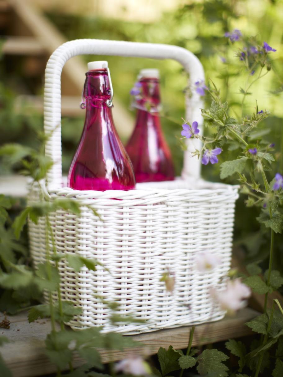 Bästa flaskplatsen.Flaskorna står stadigt och bra i en flaskkorg, 325 kronor, Bruka. Saftflaska i rosa, 59 kronor, Lagerhaus.