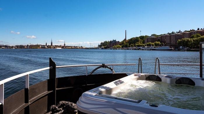 Bubbelpool på terrassen och badstege ner i havet.