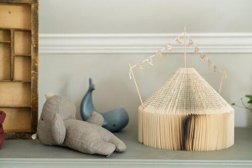 Det charmiga cirkustältet har Ida gjort själv av en gammal bok som klippts och formats, och som fått små vimplar på taket.